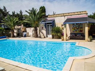 Le Kiwi-converted barn, sleeps 2, pool, Provence - Rognonas vacation rentals