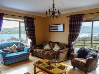COILLMOR, detached cottage, en-suites, ground floor bedrooms, garden with furniture and direct access to Lough Mask near Clonbur, Ref 924141 - Clonbur vacation rentals