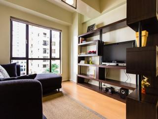 Centrally located 1 BR apt, WiFi and Cable - Taguig City vacation rentals