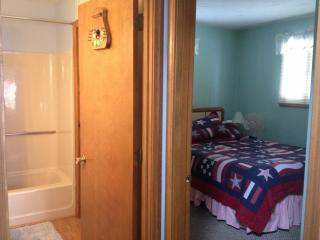 Bright 2 bedroom Weirs Beach Cottage with Deck - Weirs Beach vacation rentals