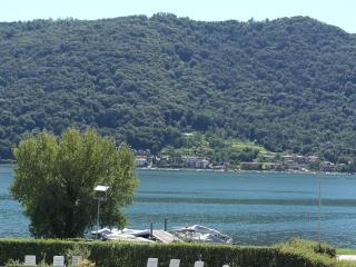 Moderno appartamento fronte lago - Sarnico vacation rentals