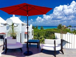 Oceanview condo/ Pool/ Jacuzzi/ Seconds from beach - Playa del Carmen vacation rentals