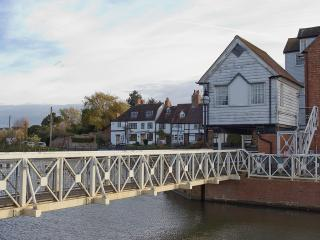 Cozy Cottage with Television and Water Views in Tewkesbury - Tewkesbury vacation rentals