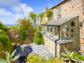 PENROSE, a traditional cornish cottage by the beach with a sheltered patio - Sennen Cove vacation rentals