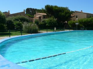 Six Fours, Studio, PISCINE, parking, 100m/ PLAGE - Six-Fours-les-Plages vacation rentals