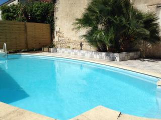 Maison individuelle avec piscine privée - Saint-Romain-de-Benet vacation rentals