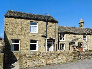 HAWTHORN COTTAGE, en-suite bedroom, woodburning stove, patio, WiFi, in Eyam, Ref 911828 - Eyam vacation rentals