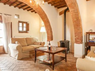 Unique, charming farmhouse in Tuscany countryside with shared outdoor pool, sleeps up to 6 - Montepulciano vacation rentals