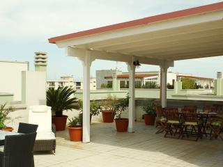 Luminoso attico con ampio terrazzo arredato - Nardo vacation rentals