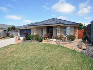 Nice House in Inverloch with A/C, sleeps 10 - Inverloch vacation rentals