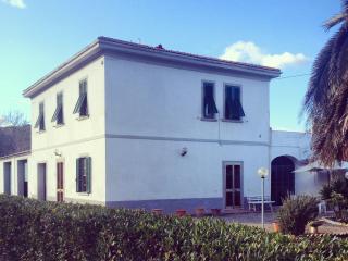 Villa con giardino a 7 km dal mare - Rosignano Marittimo vacation rentals