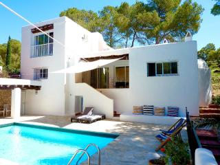 Bright 4 bedroom Cala Llonga House with Internet Access - Cala Llonga vacation rentals