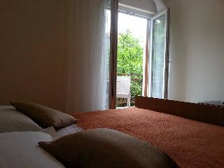 Relaxing spacious room with balcony - Jelsa vacation rentals