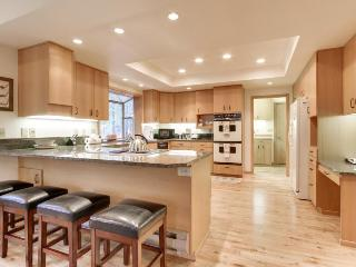 NW contemporary getaway with shared pool, hot tub, and other resort amenities! - Black Butte Ranch vacation rentals