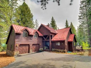 Bright & airy family-friendly home with a fireplace, large deck & yard! - Truckee vacation rentals