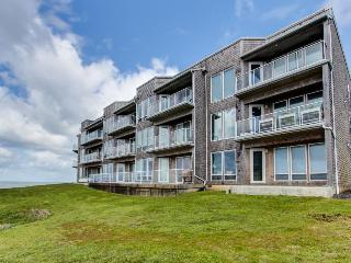 Luxury, waterfront condo w/ shared hot tub, pool, and spectacular ocean views - Depoe Bay vacation rentals