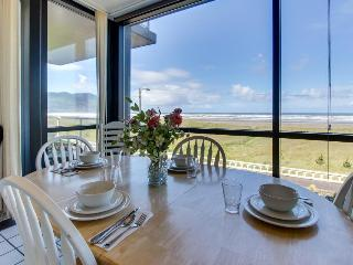 Cozy oceanfront condo with shared swimming pool and gorgeous views - Seaside vacation rentals