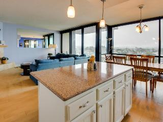 Spacious condo for 4 just steps from the beach, pets welcome - Seaside vacation rentals