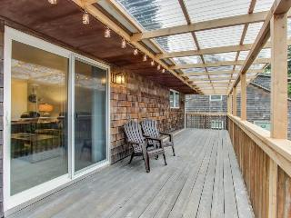 Upstairs duplex w/balcony, steps to beach, 1 pet ok! - Cannon Beach vacation rentals