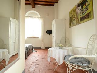 Bright 2 bedroom Chiusi B&B with Internet Access - Chiusi vacation rentals