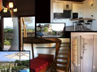 Bilocale 2-4 Posti - Terrazza con Vista sulla Baia - San Giovanni vacation rentals