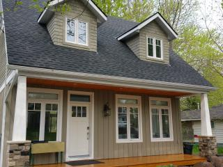 NEW - Luxurious Modern Cottage with Hot Tub - Crystal Beach vacation rentals