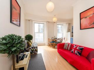 HEART OF LONDON, TUBES/PARK1 MIN, FULLY EQUIPPED - London vacation rentals