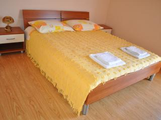 Yellow apartment for 2 - Vis vacation rentals
