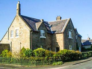 MIDDLE COTTAGE, woodburner, WiFi, pets welcome, close to beach, near Amble, Ref. 917404 - Amble vacation rentals