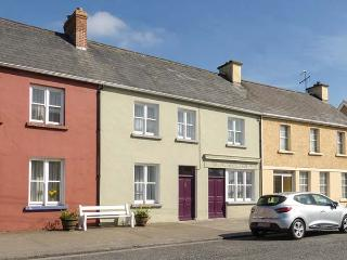KINCORA, mid-terrace, two electric stoves, patio with furniture, near coast, town amenities short walk away, in Foynes, Ref 923944 - Foynes vacation rentals