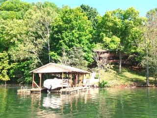 Southern Comfort is a spacious cabin rental along Norris Lake in the vicinity of the Blue Springs Docks. - Speedwell vacation rentals