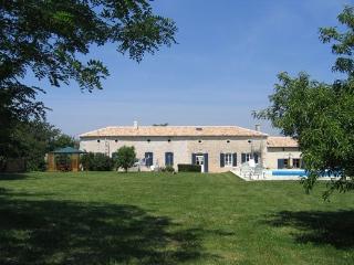 Les Acacias Charentais Longere Gite - Saint Bonnet sur Gironde vacation rentals