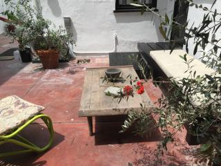 Hollywood Glam + AirCON + courtyard + walkscore 95 - Los Angeles vacation rentals