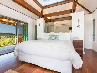 Romantic 1 bedroom Cottage in Currumbin with Deck - Currumbin vacation rentals
