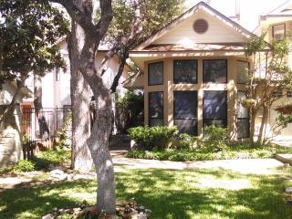 Garden home w/Hot Tub near, Riverwalk & shopping - San Antonio vacation rentals