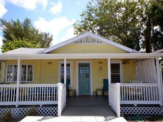 Charming Gulf Front Cottage on Madeira Beach near John's Pass - Sleeps 5! - Madeira Beach vacation rentals