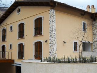 "Casa vacanze ""Merlo Acquaiolo"" a Villetta Barrea - Villetta Barrea vacation rentals"
