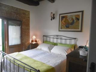 Cà Prosciutto: Appartamento Degli Oleandri - Roncofreddo vacation rentals