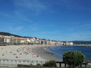 Bright beachside apartment in Sanxenxo, Galicia, with 2 bedrooms - 300m from Playa de Silgar - Sanxenxo vacation rentals