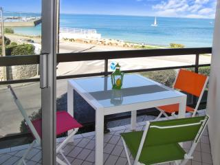 Seafront apartment in Quiberon, Brittany, w/ balcony & stunning view - across the street from beach - Quiberon vacation rentals