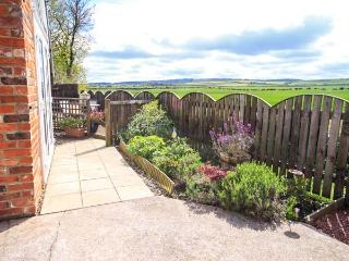 ST CUTHBERT'S COTTAGE, welcoming cottage, with three bedrooms, decked area, countryside views, in Holy Island, Ref. 918954 - Beal vacation rentals