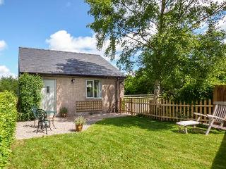 THE LODGE, LOWER TREFDW, detached, ground floor, romantic retreat, WiFi, on Offas's Dyke Path in Pandy, Ref 921197 - Llangattock Lingoed vacation rentals