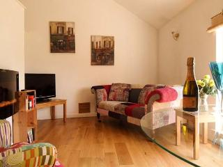 THE LODGE AT CROSS COTTAGE, first floor apartment, open-plan living area, patio area in Holt, Ref 15725 - Holt vacation rentals