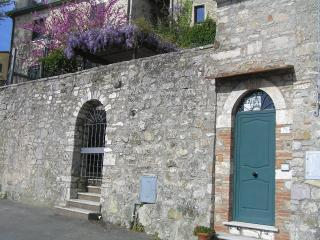 Nice Townhouse with Balcony and Central Heating - Campiglia d'Orcia vacation rentals