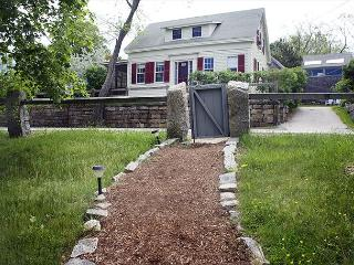 Happy Days Cottage: Charming Folly Cove house with waterfront deck - Rockport vacation rentals