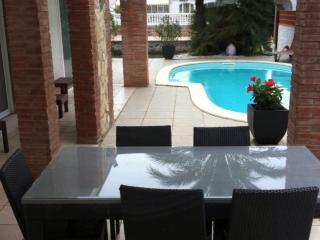 VILLA AVEC PISCINE ET AMARRE- 4 CHAMBRES - Empuriabrava vacation rentals