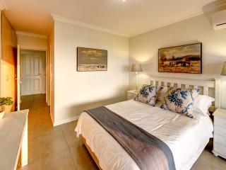 Bright 2 bedroom Illovo Beach Condo with Internet Access - Illovo Beach vacation rentals