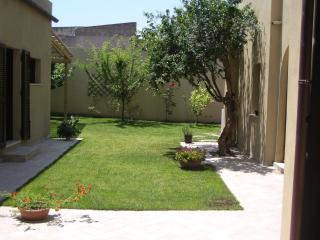Casa tipica con giardino, vicina al mare e centro - Cagliari vacation rentals