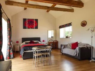 SNOWY OWL BARN, all ground floor, rural location, cosy cottage near Dereham, Ref. 913976 - Watton vacation rentals