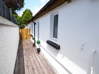 WHITE COTTAGE ANNEXE, en-suite bedroom, enclosed patio, pet-friendly, WiFi, Ref 922678 - Tenby vacation rentals